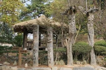 外巖里(ウェアムリ)民俗村 | 韓国忠清道観光スポット、韓国忠清道の民俗村・古宅ご紹介ならハナビツアー。